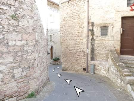 05 discesa da piazza comune Assisi