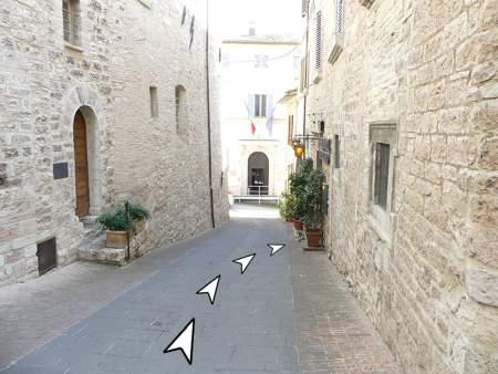 06 discesa da piazza comune Assisi